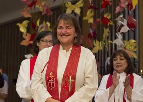 Une évêque (ou Bishop) ouvertement déclarée gay a été élue et consacrée pour la première fois dans une Eglise Méthodiste Unie aux Etats-Unis d'Amérique. Quelle abomination !