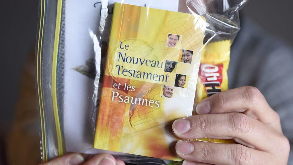 Une Bible parmi les bonbons d'Halloween de ses enfants